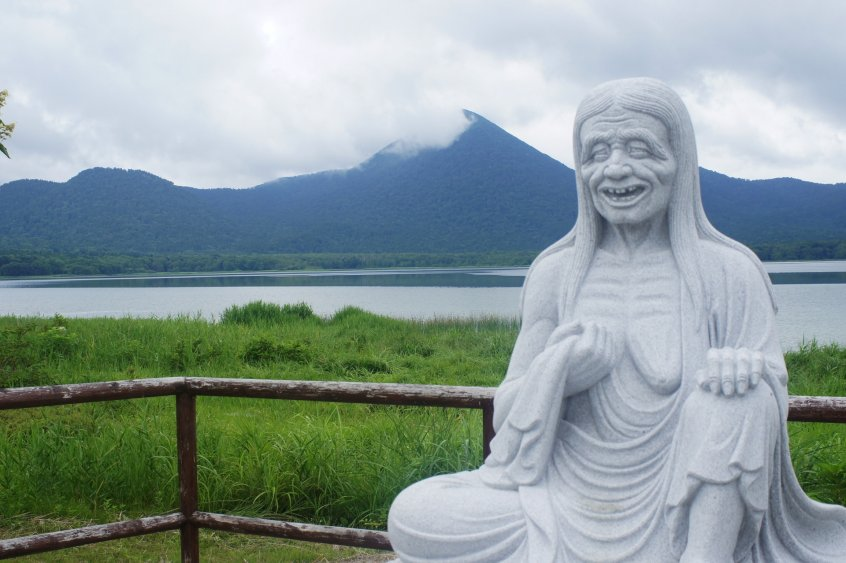 osorezan lake and statue